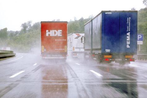 LKW überholt bei schlechter Sicht einen LKW