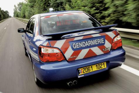 """""""Folgen Sie!"""" signalisiert dieser französische Streifenwagen."""