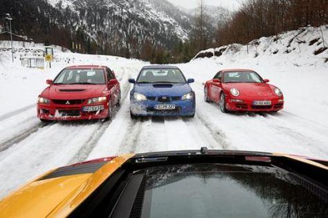 Vier Sportwagen im Schnee