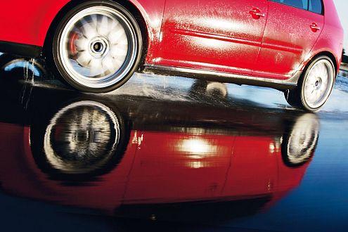 Starker Auftritt: Der Golf GTI bei Testfahrten auf nasser Piste.