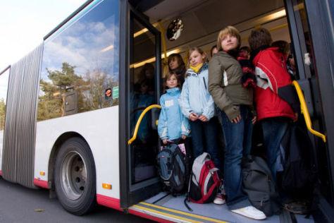 Viele Schulbusse sind veraltet und überfüllt.