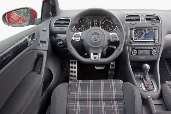Ohne Karo kein GTI: Das Muster der Sitze ist Tradition. Gegen Aufpreis gibt's natürlich auch edles Leder.