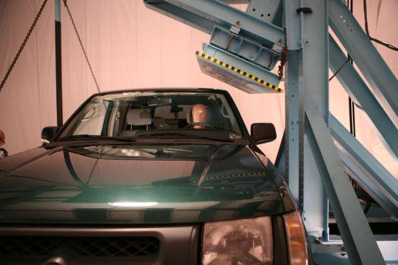 Den Dachaufprall simulierte eine schwere Ramme.