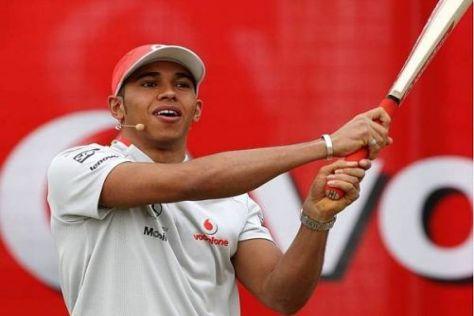 Beim Cricket wärmte sich Lewis Hamilton für den Saisonbeginn auf
