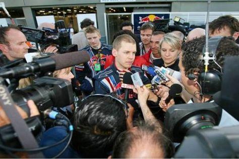 Umzingelt von den Medien: Sebastian Vettel und Pressesprecherin Britta Roeske