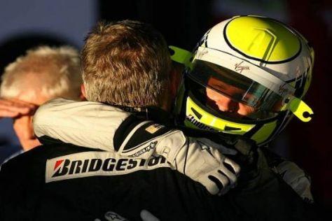 Eine Umarmung für den genialen Chef: Jenson Button mit Ross Brawn
