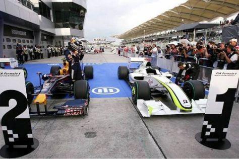 Einmal leicht, einmal schwer: Die Autos von Vettel und Button im Parc Fermé