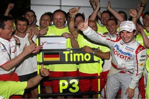 Die Mannschaft um Timo Glock jubelt über den dritten Platz