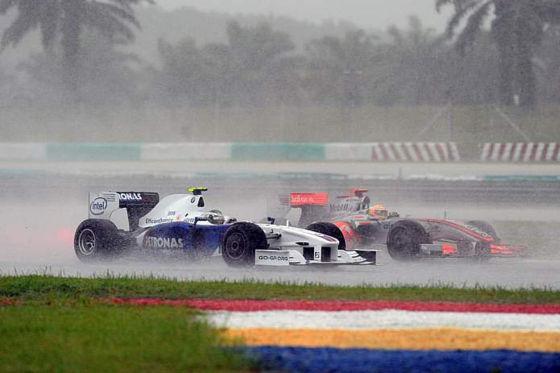 Formel 1: GP Malaysia 2009, Nick Heidfeld (BMW) passiert Lewis Hamilton (McLaren-Mercedes)