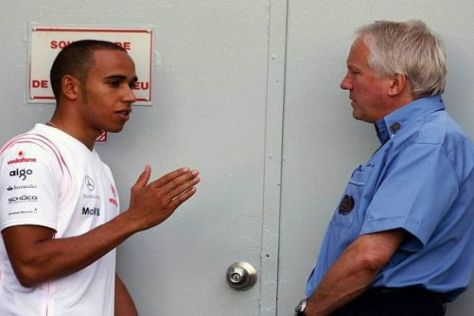 Lewis Hamilton im Gespräch mit FIA-Rennleiter Charlie Whiting