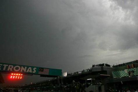 In Sepang könnte die Formel 1 schon bald bei vollkommener Dunkelheit ausrücken...