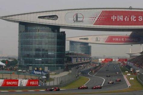 Alexander Wurz erklärt eine Runde auf dem Shanghai International Circuit