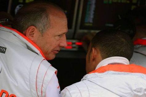 Haben schon bessere Zeiten gemeinsam erlebt: Ron Dennis und Lewis Hamilton