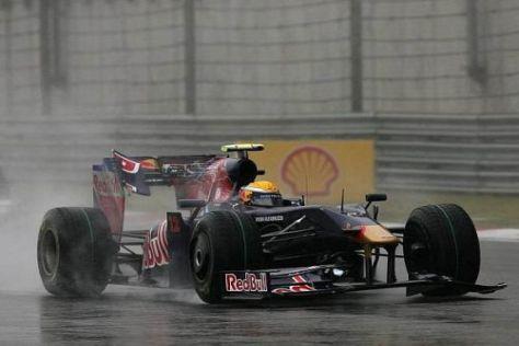 Nach dem Unfall mit Vettel: Ein Stück vom Frontflügel hängt am Heck des Toro Rosso