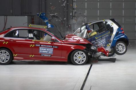 US-Crashtest: Mercedes C-Klasse gegen Smart Fortwo