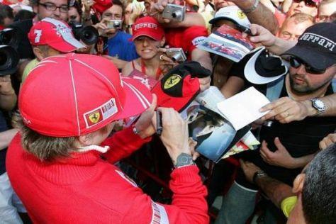 Kimi Räikkönen kritzelte heute Nachmittag in Barcelona fleißig Autogramme
