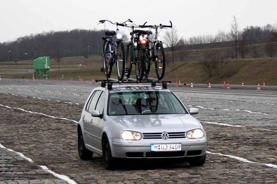 Rüttel-Probleme: Die Fahrt auf der Schlechtwegstrecke wurde für einige Träger zur wackligen Angelegenheit.