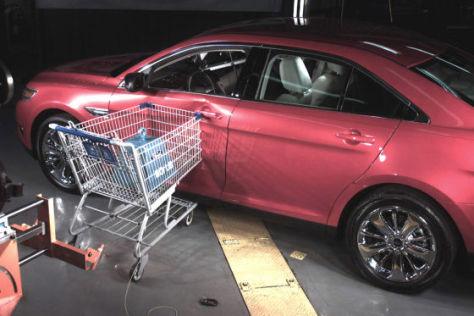 Ford-Crashtest mit Einkaufswagen