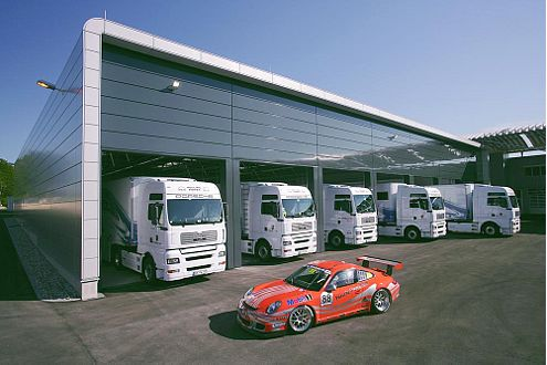 Am Terminal  des 10.550 qm großen Motorsport-Zentrums können sieben Sattelzüge gleichzeitig beladen werden.