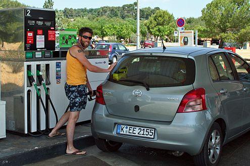 Da sich unser Yaris im Schnitt mit weniger als fünf Litern Diesel begnügt, sind wir an der Tanke ein seltener Gast.