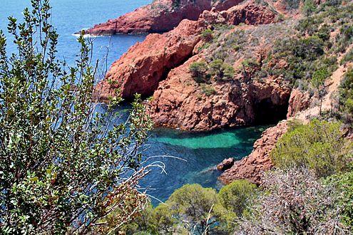 Entlang der Küstenstraße zwischen St. Tropez und Agay locken Buchten zum Baden und Fotografieren.