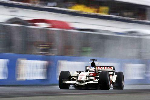 Lachender Dritter: Nach den Ausfällen von Alonso und Schumacher war für Jenson Button der Weg zum Sieg frei.