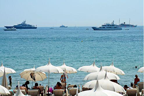 Baden in Cannes mit Blick auf die Yachten, die zu groß für den Hafen sind. Vielleicht ist ja sogar die eigene dabei?