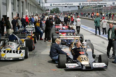 Trubel in der Boxengasse: Die Formel-1-Boliden kurz vor dem Start.