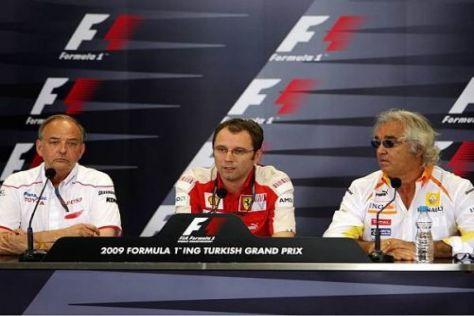 John Howett, Stefano Domenicali und Flavio Briatore im FIA-Pressesaal