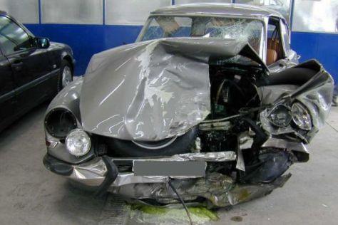 Citroën DS mit Totalschaden.