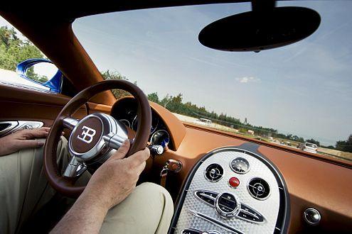 Weltklasse: die schnelle und trotzdem präzise Lenkung des Veyron.