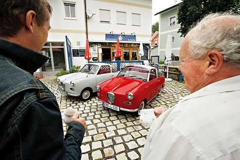 Goggo-Treffen: Otto Lankes (rechts) fährt das rote Coupé.