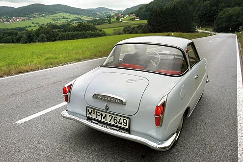Nein, er ist nicht vom Karrusell gefallen. Das Glas Goggomobil TS 250 kam 1957 auf den Markt.