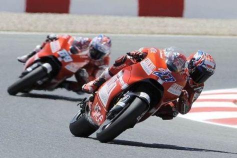 Das typische Ducati-Bild: Casey Stoner setzt sich deutlich vor Nicky Hayden