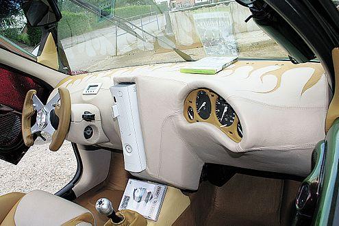 Modena Lenkrad, Beifahrer-Cockpit, Alcantara: Hier führt Roger Regie.