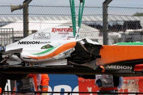 Adrian Sutils Force India wurde bei dem Einschlag schwer beschädigt