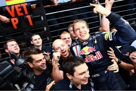 Sebastian Vettel in Mitten seiner Mannschaft: Welch eine Freude!