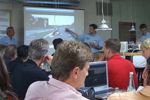 Erst die Theorie, dann das Vergnügen: Lehrgang mit der Motorsport Akademie.
