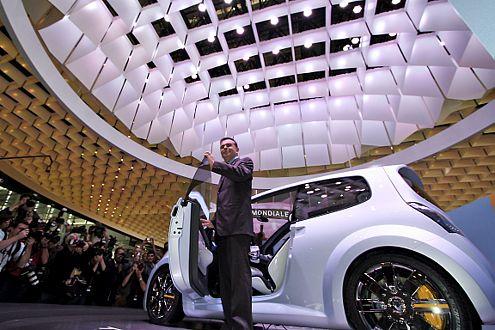 Im Rampenlicht: Renault-/Nissan-Chef Carlos Ghosn mit dem neuen Twingo concept.