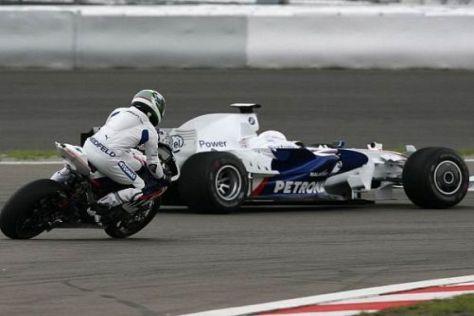 Nick Heidfeld auf dem Superbike jagt Troy Corser im Formel-1-Boliden