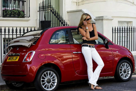 Elle MacPherson mit Fiat 500 C