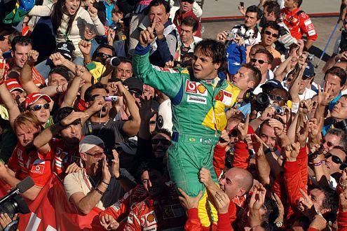 Brasiliens Held: Ferrari-Pilot Felippe Massa gewinnt beim Heim-GP, der Jubel kennt keine Grenzen.