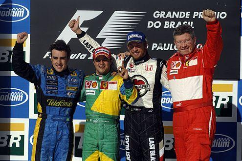 V.l.: Fernando Alonso (Platz 2), Felippe Massa (Platz 1), Jenson Button (Platz 3) und Ferrari-Genie Ross Brawn.
