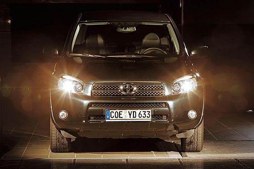 Der Toyota RAV4 arbeitet mit der neuen H11-Lampe, gibt aber trotzdem nur eine finstere Vorstellung ab.
