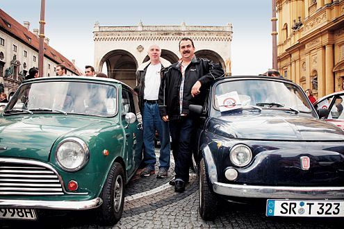 Vom Aussperren bedroht, da keine Kat-Nachrüstung möglich ist: 65er Morris Cooper und 72er Fiat 500.