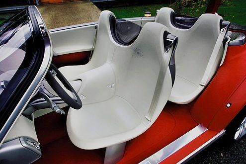 Klares Design auch innen: Die Sitze erinnern an erstarrte Segel.
