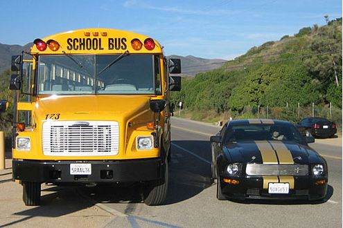 Ungleiches Duell: Schulbus trifft auf Muscle Car. Farblich passen die beiden aber wunderbar zusammen.
