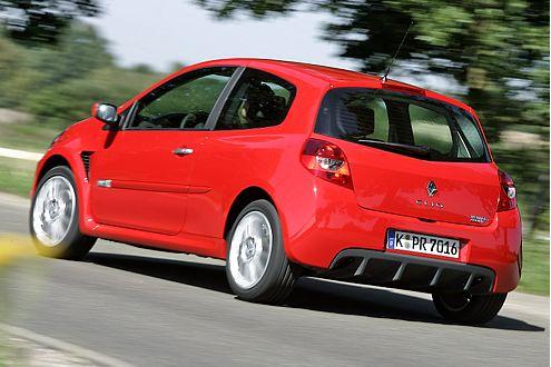 Sieger in Rot: In Oschersleben zeigt der Clio dem Mini das Heck.