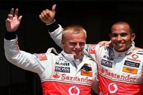 Heikki Kovalainen und Lewis Hamilton jubeln über die