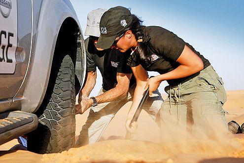 Teamarbeit beim Reifenwechsel: Bettina greift beherzt zur Schaufel.